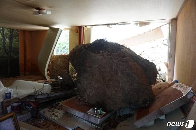 주택 가건물 덮친 직경 3m 크기의 낙석(독자제공) © News1