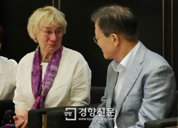 문재인 대통령이 13일 오전 용산 CGV에서  고 위르겐 힌츠페터 기자의 부인 에델트라우트 브람슈테트(80) 여사와 대화를 나누고 있다. /청와대제공