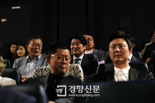 문재인 대통령이 13일 오전 용산 CGV에서 영화 <택시운전사>의 주연배우 송강호씨와 나란히 앉아 영화 시작을 기다리며 대화를 나누고 있다. /청와대제공