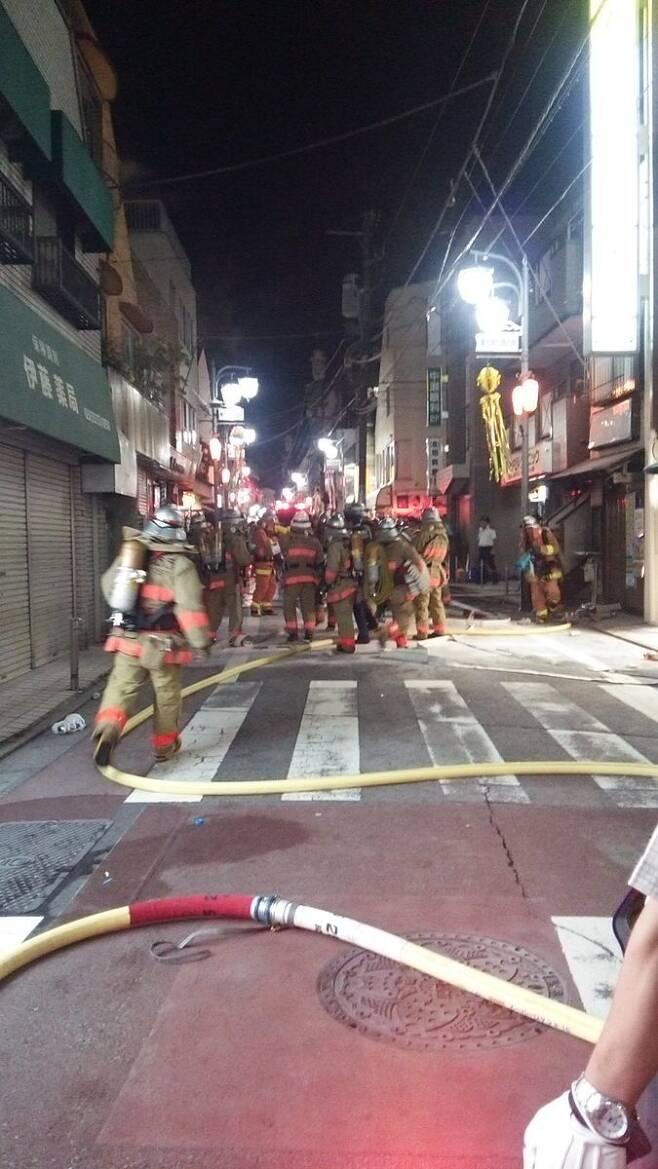 지난해 8월 도쿄 스기나미구에서 열렸던 여름 축제인 '삼바마쓰리'에 화염병이 투척돼자 소방관들이 출동해 진화하는 모습. 화염병을 던진 용의자는 68살 남성이었다. <트위터> 갈무리