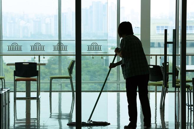 국회 청소노동자들은 올해부터 국회 사무처 소속으로 바뀌었다. 하지만 처우는 변하지 않아 불만이 제기되고 있다. © 시사저널 박은숙