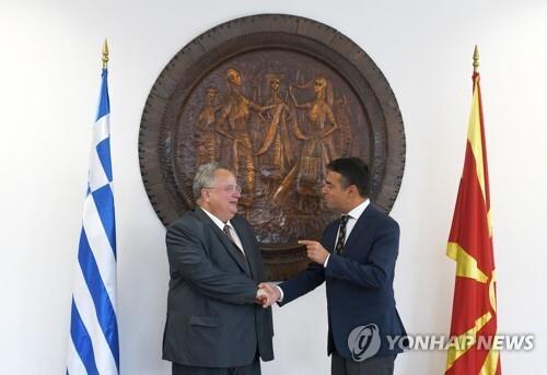 (스코페 AFP=연합뉴스) 니코스 코치아스 그리스 외무장관(왼쪽)과 니콜라 디미트로브 마케도니아 외무장관이 31일 마케도니아 수도 스코페에서 만나 양국 관계 개선에 합의했다.