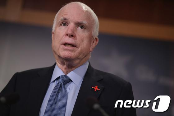 존 매케인 미 상원 군사위원회 위원장. © AFP=뉴스1