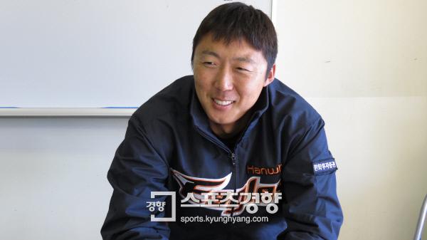 한화 배영수가 지난 12일 일본 오키나와 스프링캠프에서 일본 주니치를 상대로 첫 실전 등판을 마친 뒤 인터뷰하고 있다. 오키나와 | 김은진 기자