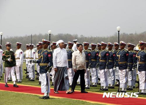 【네피도=AP/뉴시스】미얀마의 틴 쪼 대통령(왼쪽)이 20일 방문한 필리핀의 로드리고 두테르테 대통령과 함께 의장대를 사열하고 있다. 2017. 3. 20.