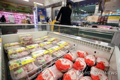 (서울=연합뉴스) 박동주 기자 = 한국은행이 20일 발표한 2월 생산자물가지수는 102.62로 집계돼 1월(102.31)보다 0.3% 올랐다. 이로써 생산자물가지수는 전월대비로 작년 8월부터 7개월째 상승세를 지속했다. 축산물 중에선 닭고기가 48.2%, 쇠고기가 4.8%의 상승률을 보였다. 사진은 이날 오후 서울 시내 한 대형마트 닭고기 판매대.  pdj6635@yna.co.kr