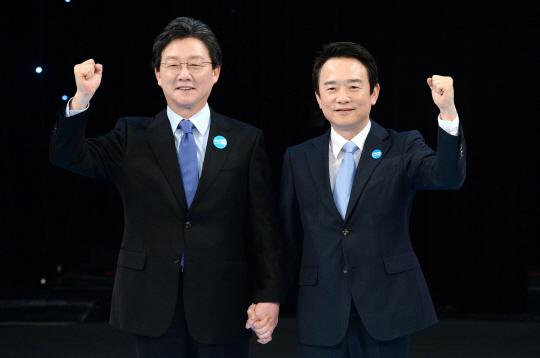 바른정당 유승민(왼쪽) 의원과 남경필 경기지사가 20일 여의도 KBS본관에서 열린 '2017대선 후보자 경선토론'에 참석, 기념촬영을 하고 있다. 뉴시스
