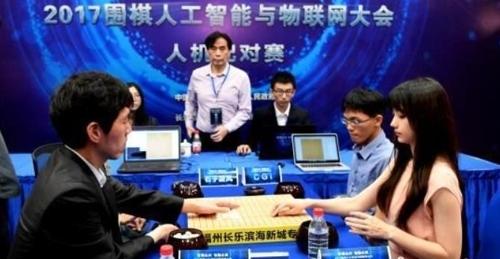 인공지능과 한 팀을 이뤄 바둑을 두는 이창호 9단 [중국신문망 화면 캡쳐]