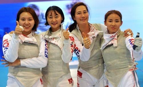한국 여자 펜싱 플뢰레 대표팀 선수들이 19일  홍콩 아시아 월드 엑스포에서 열린 2017 아시아선수권 단체전에서 우승을 차지한 뒤 포즈를 취하고 있다. 오른쪽부터 남현희, 전희숙, 김미나, 홍서인. [대한펜싱협회=연합뉴스]