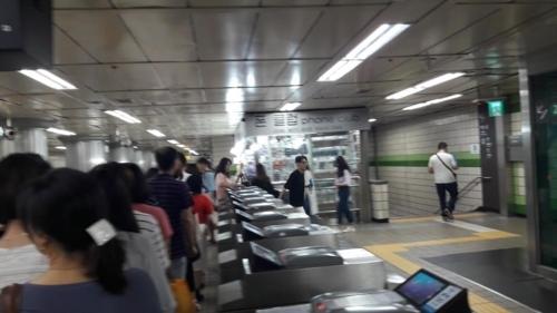 (서울=연합뉴스) 박수윤 기자 = 17일 오후 6시40분께 서울 중구 지하철 2호선 을지로입구역 개찰구 대부분이 고장 나 퇴근길 승객들이 일부 작동되는 개찰구를 통과하고자 길게 줄을 늘어서 있다. 2017.7.17  clap@yna.co.kr