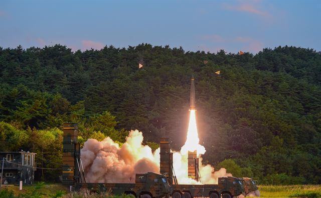 """4일 새벽 동해안에서 육군의 지대지 탄도미사일인 현무가 발사되고 있다. 합동참모본부는 이날 """"우리 군은 오늘 새벽 일출과 더불어 공군 및 육군 미사일 합동 실사격훈련을 실시했다""""며 """"북한의 6차 핵실험에 대한 강력한 경고 차원""""이라고 밝혔다. 국방부 제공"""