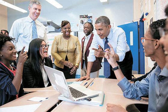 버락 오바마 전 미국 대통령이 2013년 뉴욕의 P테크를 방문한 모습. 등록금이 전액 무료인 이 학교는 저소득층·유색 인종 학생들을 우선적으로 받는다. [중앙포토]