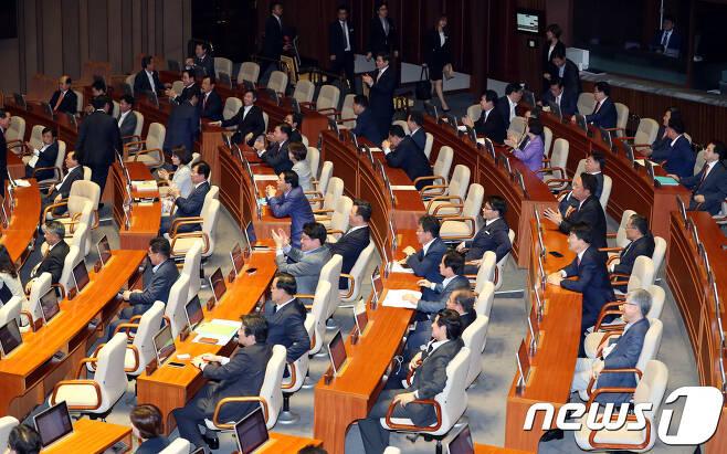 자유한국당 의원들이 11일 오후 서울 여의도 국회 본회의장에서 열린 본회의에서 김이수 헌법재판소장 임명동의안이 부결되자 박수를 치며 기뻐하고 있다. 2017.9.11/뉴스1 © News1 박정호 기자