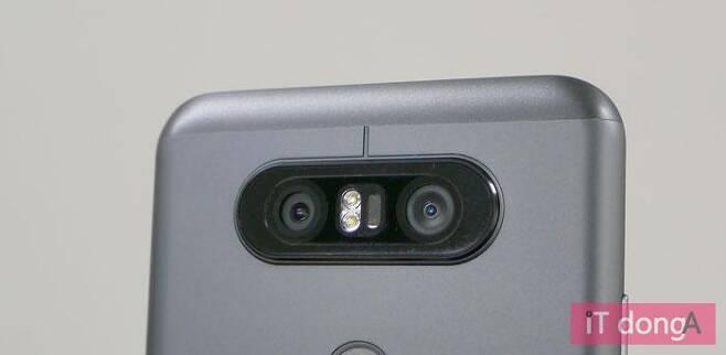 LG Q8 후면의 듀얼 카메라