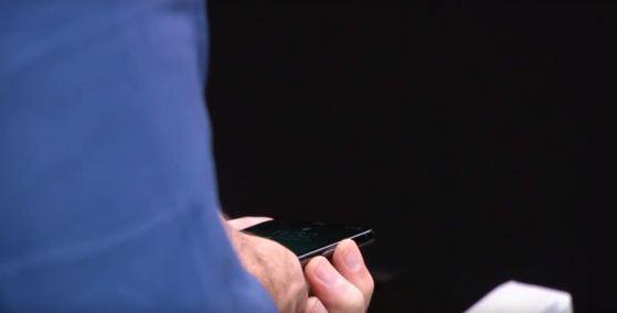 아이폰X를 손에 든 크레이그 페더리기 애플 수석부사장. [애플 생중계 영상]