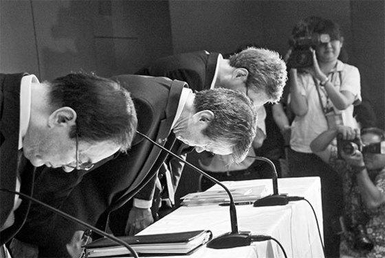 2015년 7월 원전 사업 회계 부정에 책임을 지고 물러난 다나카 히사오(왼쪽 둘째) 도시바 전 사장. [중앙포토]