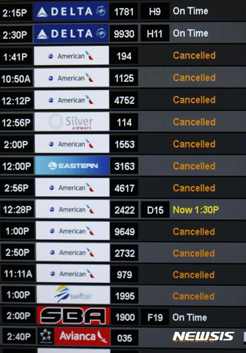 【마이애미( 미 플로리다주) = AP/뉴시스】 = 지난 8일 허리케인 어마로 취소된 마이애미 국제공항의 항공편을 알리는 전광판.   12일 대부분 공항들이 다시 문을 열었지만 아직도 어마의 후유증으로 취소된 항공편이 많아서 3분기 수익이 크게 감소할 것으로 예상되고 있다.