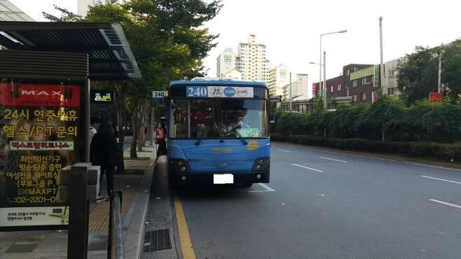 논란에 휩싸인 240번 버스. 이 버스는 해당 차량은 아니다.