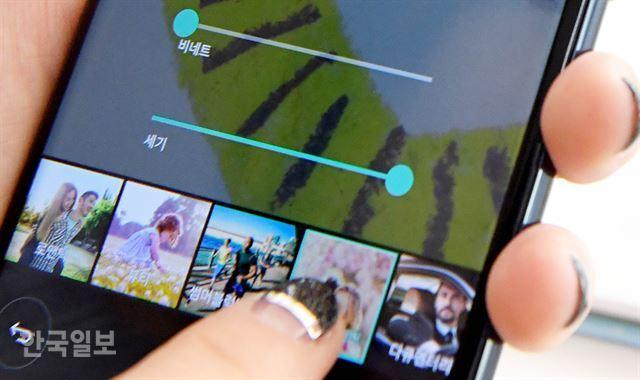 V30에 새롭게 추가된' 시네 비디오'는 다양한 장르영화의 느낌이 나게 영상을 찍을 수 있는 기능이다. 로맨틱 코미디, 멜로, 스릴러 등 15가지 장르 가운데 선택할 수 있고, 영상 가장자리만 어둡게 만드는 효과도 줄 수 있다. 서재훈 기자