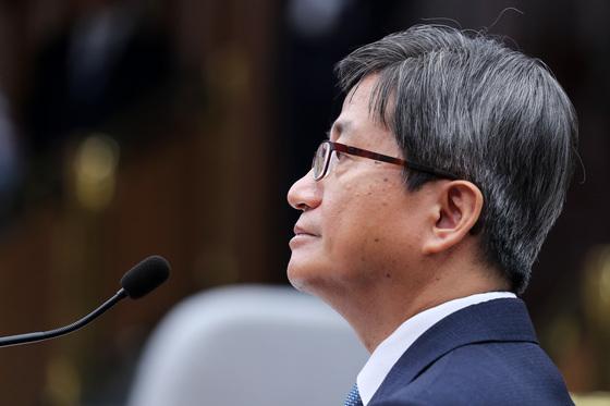 김명수 대법원장 후보자가 지난 13일 속개된 국회인사청문회에 출석해 질의에 답변하고 있다. 박종근 기자
