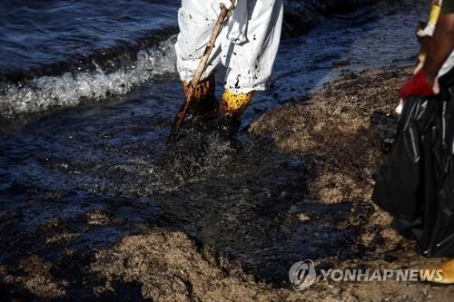 침몰 유조선에서 유출된 기름으로 오염된 아테네 인근 해변 [AP=연합뉴스]