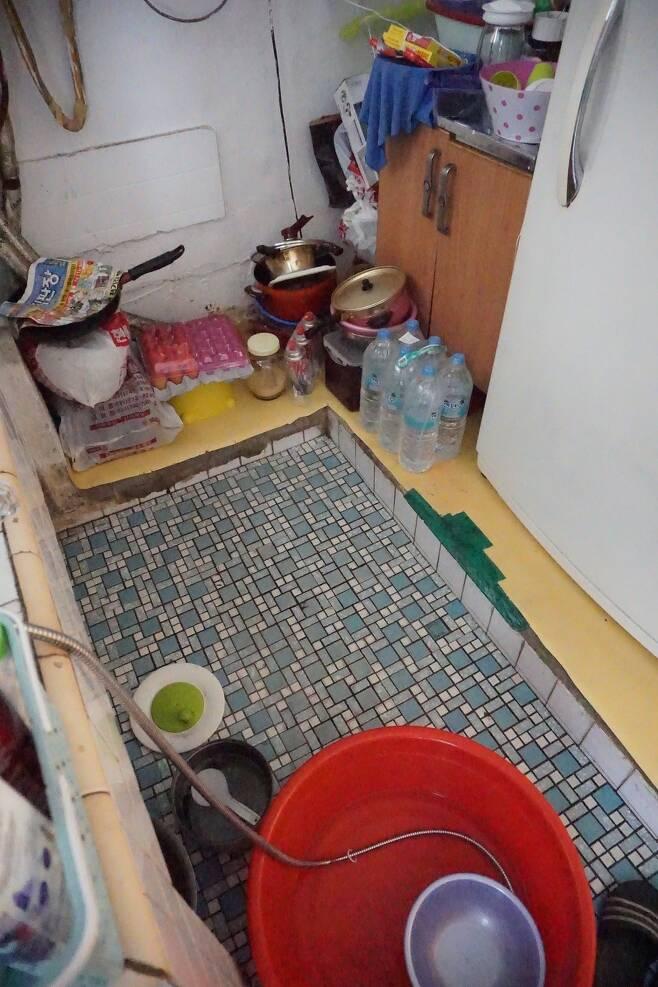 안주철씨 집의 현관이자 부엌이자 욕실인 곳. 박기용 기자