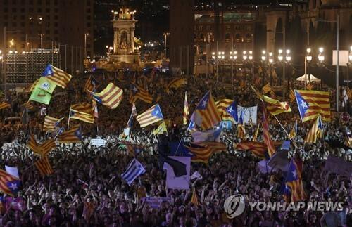 10월 1일 카탈루냐 자치정부의 분리독립 주민투표를 앞두고 29일(현지시간) 바르셀로나 스페인 광장에 모인 분리독립 지지자들. [AFP=연합뉴스]