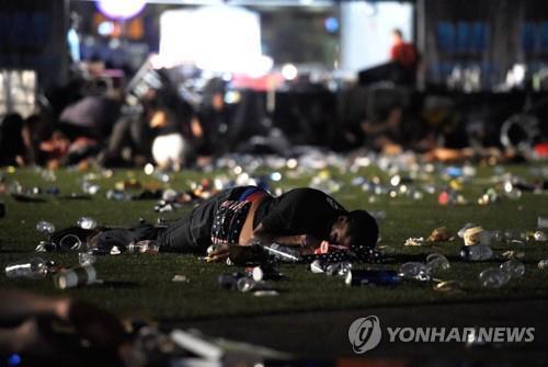 라스베이거스 총격 현장에 쓰러진 시민 [AFP=연합뉴스]