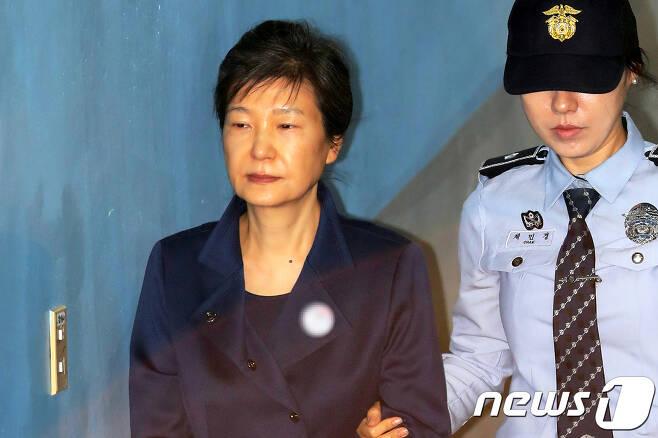박근혜 전 대통령이 13일 서울중앙지방법원에서 열린 '592억 뇌물' 등 관련 공판에 출석하고 있다. © News1 민경석 기자