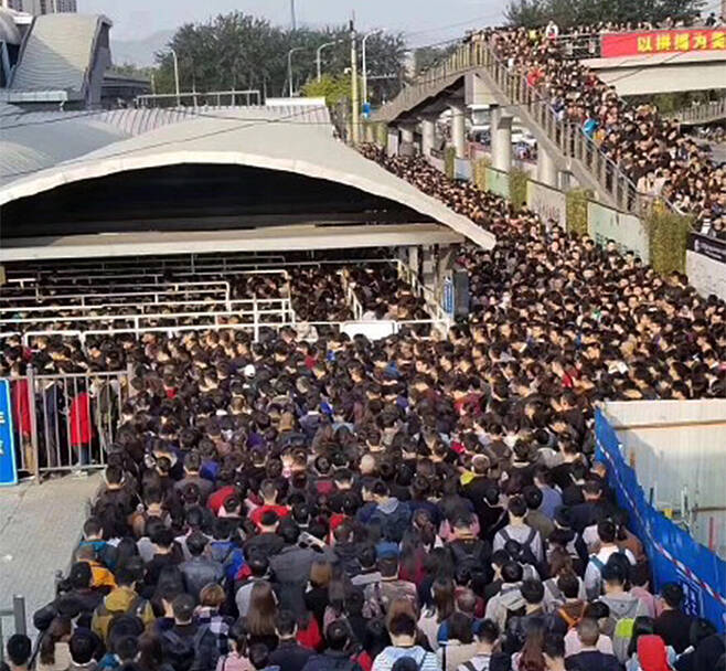 당대회 보안 위해 한명 한명 몸수색… 베이징 지하철역 대혼란 - 중국 공산당 19차 전국대표대회(19차 당 대회) 개막을 하루 앞둔 17일 베이징 지하철 탑승객을 대상으로 한명 한명씩 공항급 보안 검사를 하면서 지하철 13호선 룽쩌(龍澤)역 앞에서 검색을 기다리는 시민들이 인산인해를 이루고 있다. /홍콩 명보(明報)