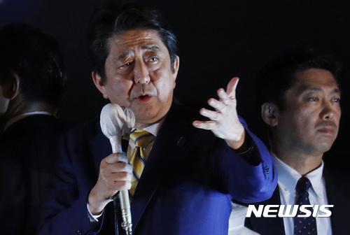 【도쿄 =AP/뉴시스】일본에서 22일 중의원 선거가 치러지고 있다 .사진은 아베 신조 일본 총리가 전날 도쿄 거리에서 유세 연설을 하는 모습. 2017.10.22