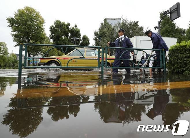 제21호 태풍 란의 영향으로 23일 침수된 일본 도쿄시내의 한 도로. © AFP=뉴스1