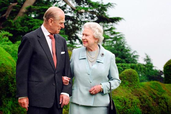엘리자베스 여왕과 필립공이 11월 20일 결혼 70주년을 맞는다. 영국 로열 커플로는 첫 번째 플래티넘 웨딩을 맞는 두 사람 때문에 지금 영국은 기념주화를 발행하는 등 축제 분위기에 휩싸였다. [사진 중앙포토]