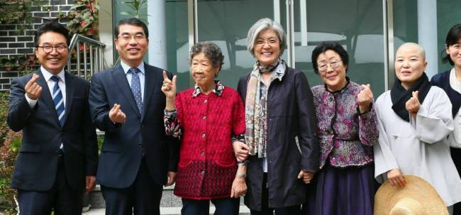 강경화 외교부장관(왼쪽 4번째)과 양기대 광명시장(왼쪽 2번째)이 지난달 6일 광주 나눔의 집 할머니들과 기념사진을 촬영하고 있다. 왼쪽에서 5번째가 이용수 할머니.[사진제공=광명시]