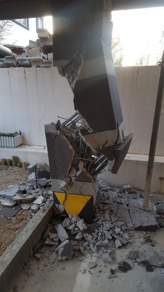 필로티 구조 건물의 부서진 기둥. 최은경 기자