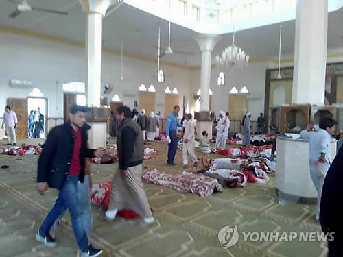 처참한 이집트 이슬람사원 테러 현장 (카이로 EPA=연합뉴스) 24일(현지시간) 테러가 발생한 이집트 시나이반도 북부 비르 알아베드 지역의 알라우다 이슬람사원 바닥에 희생자들의 시신이 놓여 있고 생존자와 응급요원들이 수습을 위해 분주히 움직이고 있다. 이날 사원 안에서 극단주의 무장세력 이슬람국가(IS) 추종자로 보이는 괴한들이 예배에 참석하고 있던 보안군 등을 향해 갑자기 총을 난사하고 폭탄을 터뜨려 최소 70여명의 사상자가 발생했다고 외신들이 전했다.      ymarshal@yna.co.kr