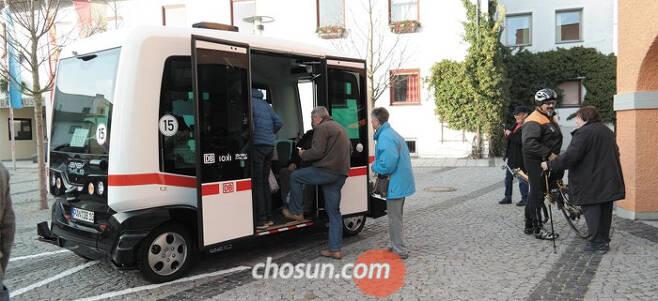 독일 바트 비른바흐의 버스 정류장에서 주민과 관광객들이 자율주행 버스에 오르고 있다. 이 버스는 독일 최초의 자율주행 대중교통 수단으로 지난달 하순부터 시범 운행 중이다. /김강한 특파원