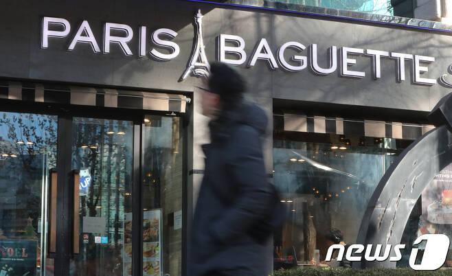 서울 시내의 한 파리바게뜨 지점에서 고객들이 오가고 있다. / 뉴스1 © News1 허경 기자