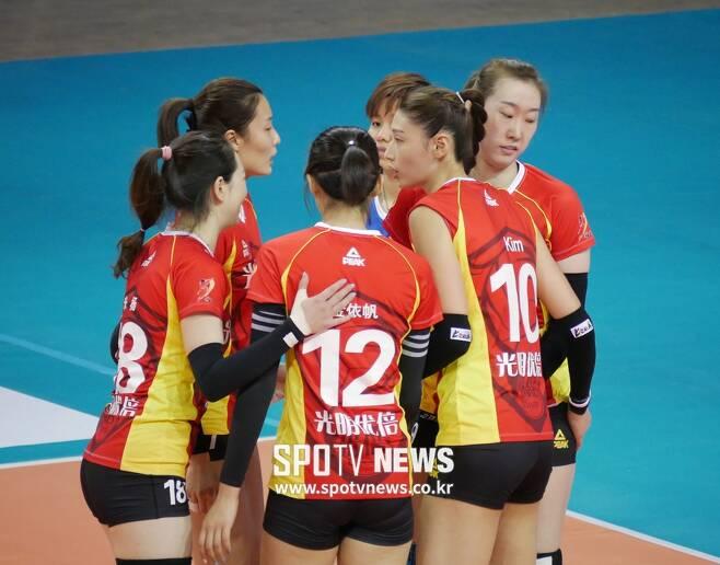 ▲ 김연경(오른쪽에서 두 번째)과 상하이 선수들 ⓒ PPAP 제공