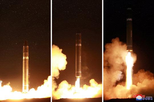 북한의 대륙간 탄도미사일(ICBM) '화성-15형' 시험발사 모습.  연합뉴스