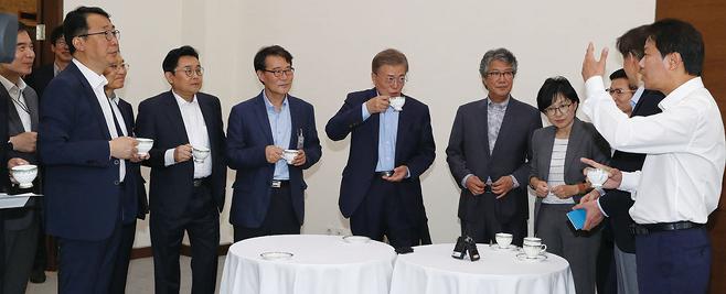 문재인 대통령(가운데)이 5월25일 청와대 여민관 소회의실에서 열린 수석보좌관회의 전에 장하성 정책실장(왼쪽에서 다섯 번째) 등 참모진과 차를 마시며 대화하고 있다. © 사진=연합뉴스
