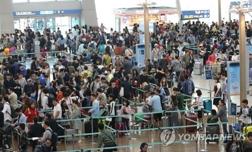 추석 연휴 기간 붐비는 인천국제공항 모습.  [연합뉴스 자료 사진]