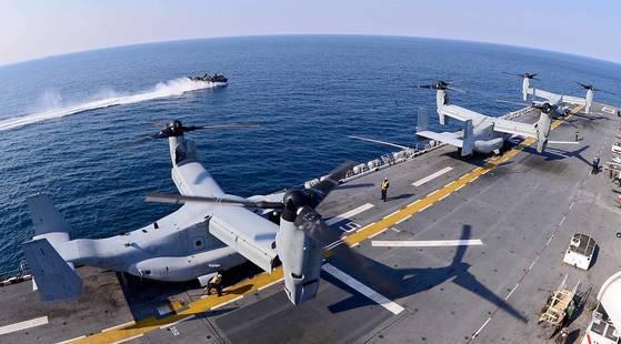 지난해 3월 12일 경북 포항 인근 해상에서 열린 연합상륙훈련 '쌍용훈련'에 참가한 미 해군 강습상륙함 본험 리차드함(4만500t급)에서 수직이착륙기인 MV-22 오스프리가 이륙을 준비하고 있다. [중앙포토]