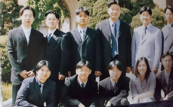 2003년 서울대 치대 졸업 기념사진. 뒷줄 왼쪽 둘째가 나.