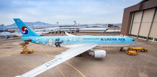 2018 평창동계올림픽 및 패럴림픽 마스코트인 '수호랑 반다비' 래핑한 대한항공 A330-200 항공기. 사진 대한항공