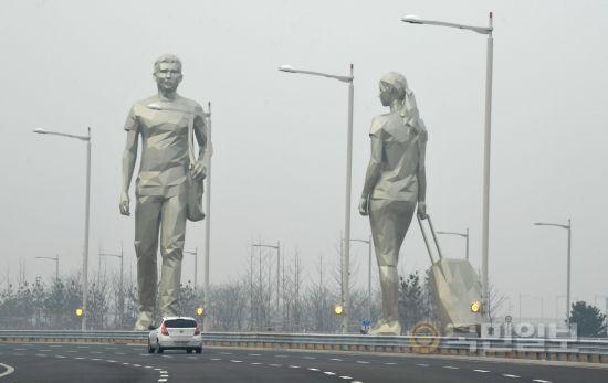T2 연결도로에 설치된 조각작품 '하늘을 걷다'.