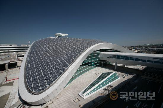 인천공항 제2여객터미널 교통센터 전경. 지붕은 태양광 발전 시설로 설계됐다.