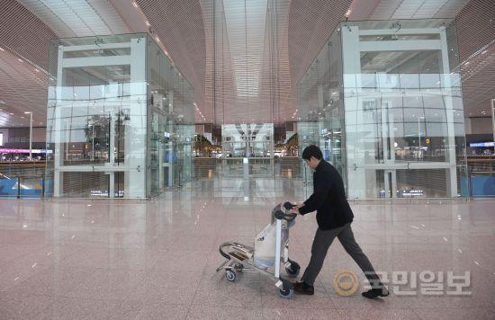 3층 출국장에서 교통센터를 이용하려면 4, 5번 출구 중앙에 위치한 엘리베이터를 타고 지하 1층으로 이동하면 편리하게 이동할 수 있다.