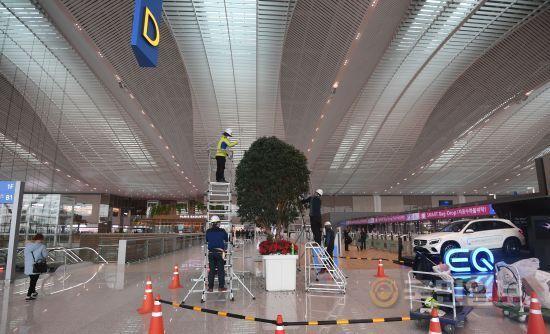 3층 출국장에 설치된 나무.
