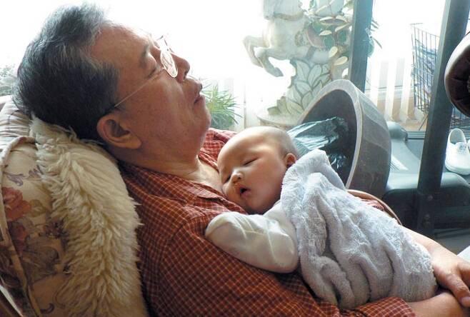 세상에서 가장 행복한 잠 정석희씨가 첫 손주를 돌보기 시작할 무렵, 아이와 함께 깊은 잠에 빠져 있다. 할아버지도 손주도 세상 누구보다 편안한 모습이다. 정씨 부부는 지난 2006년부터 외손주 둘과 친손주 둘을 맡아 키워 왔다. /정석희씨 제공
